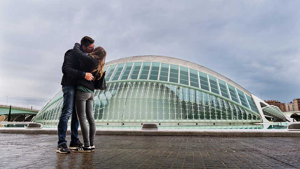 Couple kissing in front of Valencia's City of Arts and Sciences